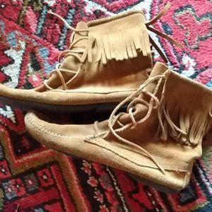 Minnetonka moccosin lace up boots